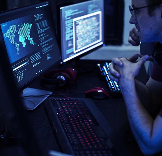 Telas de computadores azuladas com mapas