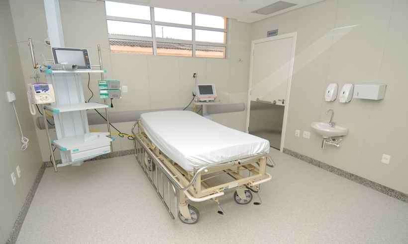 Leitos-para-terapia-semi-intensiva-com-respiradores-e-equipamentos-necessarios-para-atender-pacientes-em-estado-critico